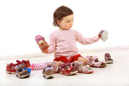 Kleinkind freut sich ber ein Paar Schuhe